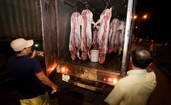 TP.HCM: Nhiều xe chở thịt heo đeo vòng truy xuất... chỉ để đối phó
