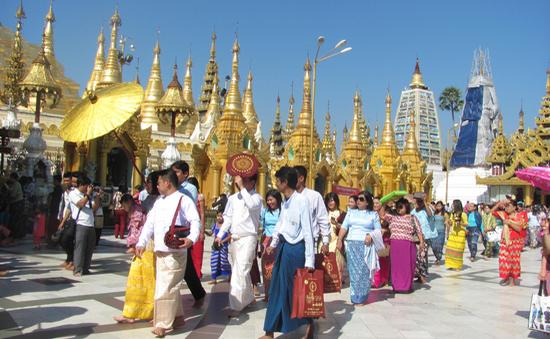 Lễ Tắm Phật và nghi lễ cầu may mắn tại các chùa ở Myanmar
