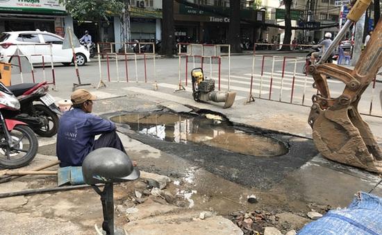 Vỡ ống nước gây sụp lún ở giao lộ trung tâm TP.HCM