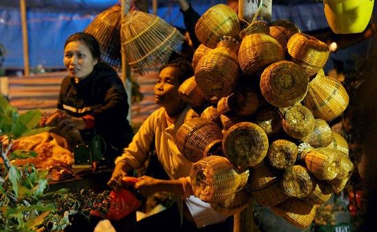 Chen chân đi chợ Viềng mua may bán rủi đêm mùng 7 Tết
