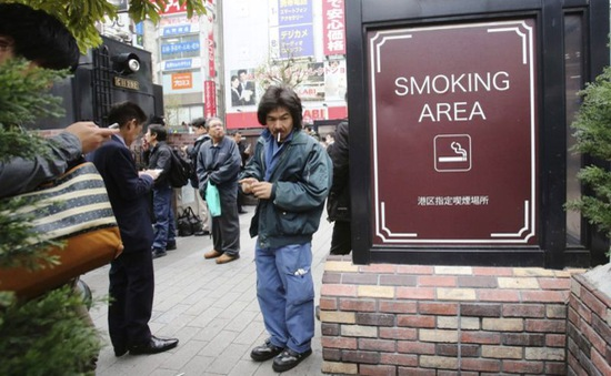 Tokyo khó kiểm soát thuốc lá trước thềm Olympics 2020