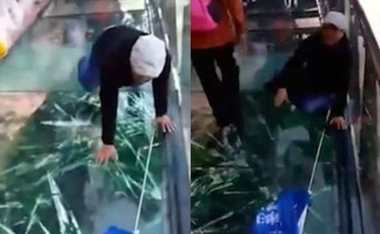 Sự thật sau đoạn video cầu kính bị rạn tại Trung Quốc