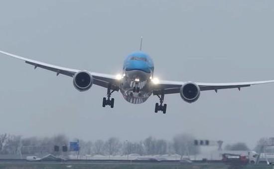 Kinh hãi nhìn máy bay chở khách chao đảo trước gió lớn