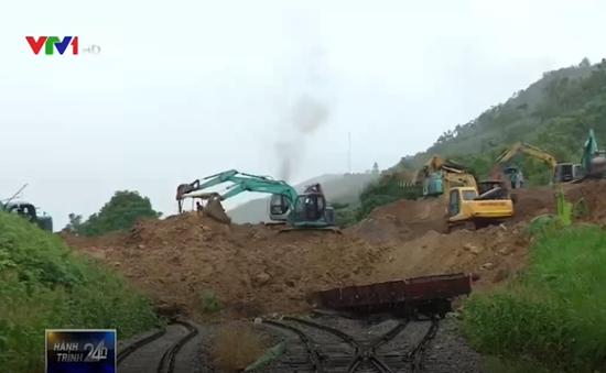 Hàng chục máy xúc khắc phục sạt lở đất tại ga Lâm Giang