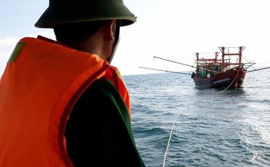 Quảng Bình lai dắt tàu cá và 9 ngư dân gặp nạn trên biển vào bờ an toàn
