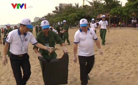 Bộ GD&ĐT phối hợp với Nghệ An ra quân làm sạch biển Cửa Lò