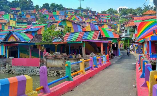 """Ngôi làng màu mè ấn tượng trở thành điểm """"sống ảo"""" mới ở Indonesia"""