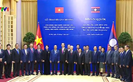 Lễ trao tặng Huân chương cho lãnh đạo Việt Nam