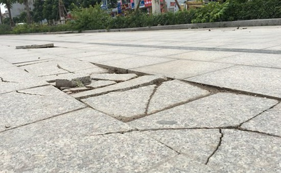Sở Xây dựng kiểm tra việc thi công các gói thầu lát nền hè đường ở Hà Nội