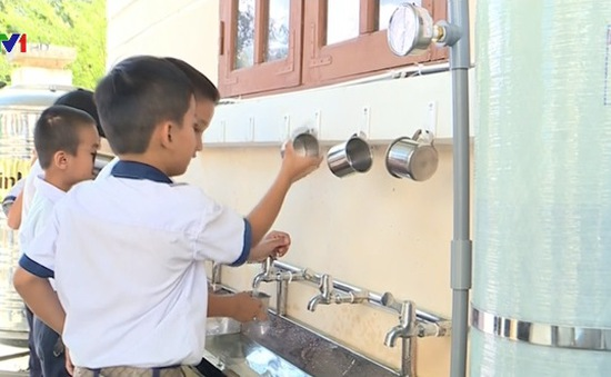 Hỗ trợ 40 bộ máy lọc nước cho học sinh vùng hạn Khánh Hòa