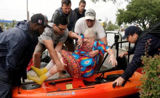 Mỹ tăng cường đối phó bão Harvey