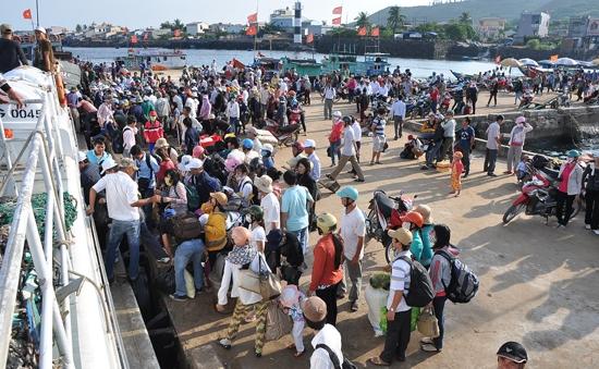 Hàng ngàn người dân Lý Sơn trở về quê đón Tết sau ngày biển động