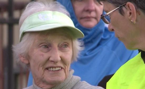 Nghị lực của cụ bà 85 tuổi chạy marathon