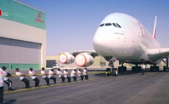 Cảnh sát UAE lập kỷ lục thế giới về kéo máy bay