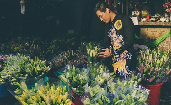 MC Phan Anh rạng rỡ diện áo dài đi chọn hoa Tết