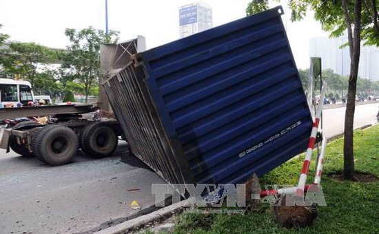 Xe container lật đè xe bus trên xa lộ Hà Nội