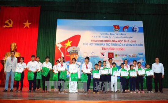 Trao học bổng cho học sinh dân tộc thiểu số và con em ngư dân Bình Định