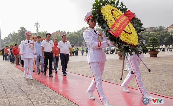 BTC giải xe đạp quốc tế VTV Cup Tôn Hoa Sen 2017 cùng toàn đoàn dâng hoa tưởng nhớ Chủ tịch Hồ Chí Minh vĩ đại