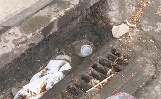 Nhiều hố ga, miệng cống ở TP.HCM ngập rác