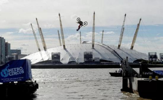 Biểu diễn mô tô mạo hiểm bay qua hai sà lan trên sông Thames, Anh