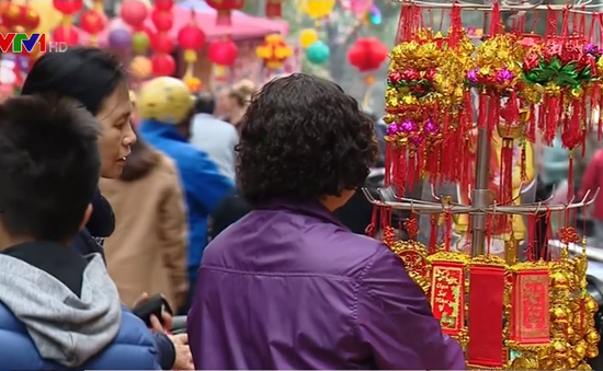 Người dân tranh thủ mua đồ trang trí trong ngày Chủ nhật cuối cùng của năm Bính Thân