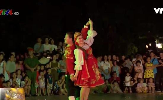 Sinh động phố đi bộ hồ Gươm bởi các vũ công quốc tế