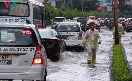Mưa lớn gây ngập nhiều tuyến đường ở TP.HCM