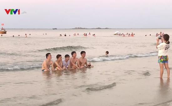 Nắng nóng, người dân miền Trung đổ xô ra biển giải nhiệt