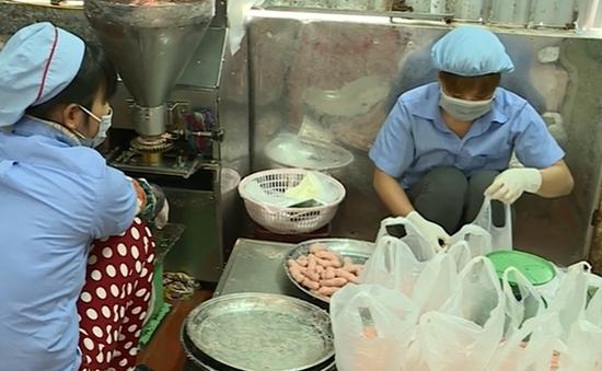 Tạm đình chỉ hoạt động cơ sở sản xuất nem chua rán tẩm hóa chất