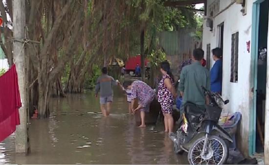 Người dân TP.HCM thức trắng đêm vì nhà bị ngập cả mét