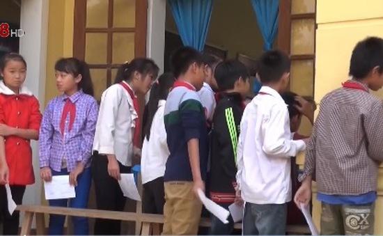 Người dân Hạnh Dịch, Nghệ An được uống thuốc dự phòng viêm cầu thận