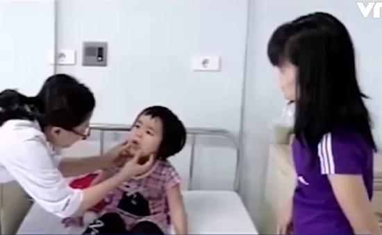 Cấp cứu 2 trẻ ăn phải bột thông tắc bồn cầu