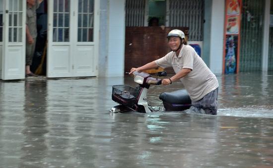TP.HCM: Mưa lớn giờ tan tầm, đường vừa chống ngập lại ngập