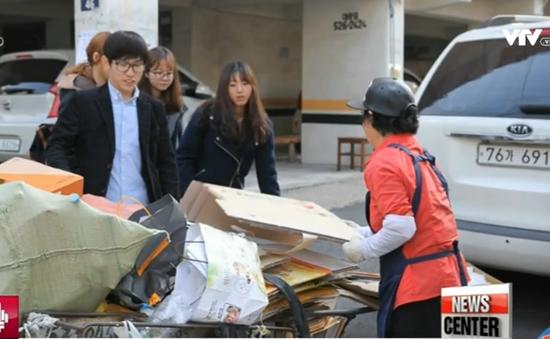 Giúp đỡ những người già thu lượm giấy vụn tại Hàn Quốc
