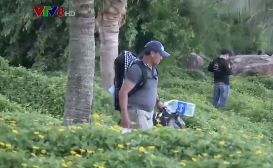 """Người """"đưa rác khỏi rừng"""" ở bán đảo Sơn Trà, Đà Nẵng"""