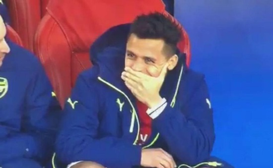 """Chứng kiến """"thảm kịch"""", sao Arsenal vẫn vô tư cười tươi rói trên khán đài"""