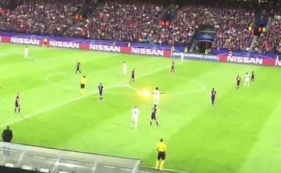 Fan Spartak Moscow bắn pháo sáng suýt trúng trọng tài