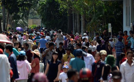 Dòng người nô nức đổ về các khu vui chơi Tết tại TP.HCM