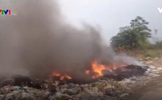 Chưa xử lý được nạn đốt trộm rác thải ở làng quê