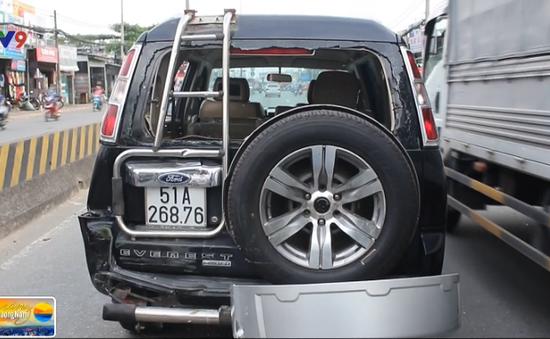 TP.HCM: Bị xe ben húc từ phía sau, 4 người hoảng loạn trong xe con