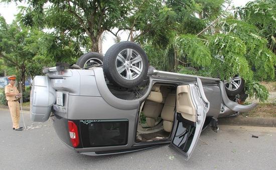 Đà Nẵng: Va chạm mạnh, ô tô lật ngửa, xe máy nát bét