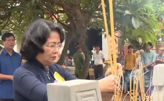 Phó Chủ tịch nước Đặng Thị Ngọc Thịnh dâng hương tại một số di tích của tỉnh Hưng Yên