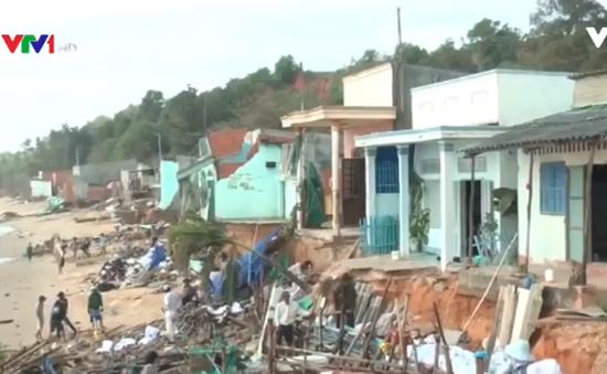 11 hộ dân ven biển Phan Thiết trở thành vô gia cư vì sóng đánh sập nhà