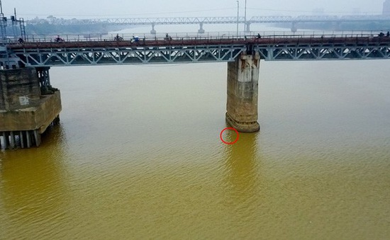 Xử lý bom dưới chân cầu Long Biên