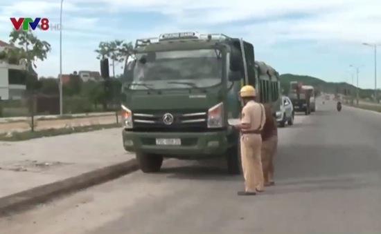 Công an Thừa Thiên Huế ra quân xử lý xe chở đất đá vi phạm luật giao thông