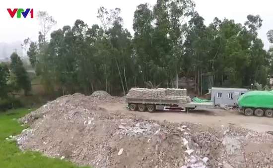 Phế thải xây dựng đổ tràn lan trên đường mới mở Hà Đông, Hà Nội