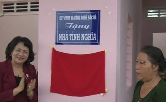 Phó Chủ tịch nước tặng quà cho gia đình chính sách tại tỉnh Vĩnh Long