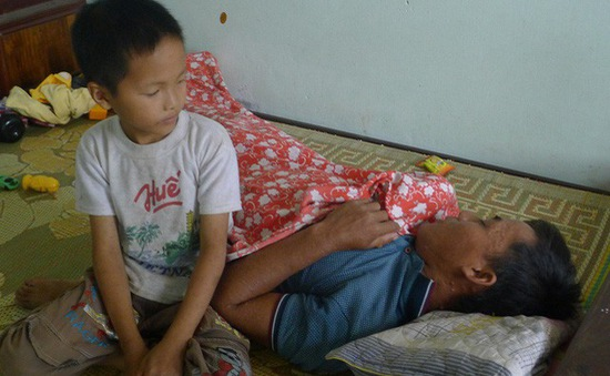 Mẹ mất, bố nguy kịch, bé 8 tuổi bơ vơ