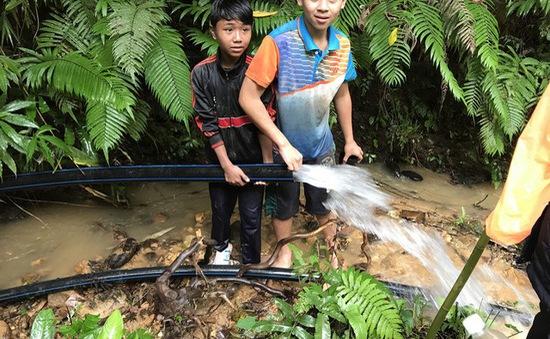 Thầy cô đội mưa rét đưa nước từ con suối Agrồng về cho học sinh