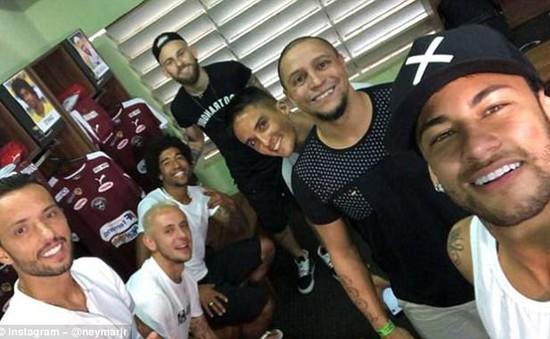 Neymar hớn hở chụp chung với đàn anh Robero Carlos